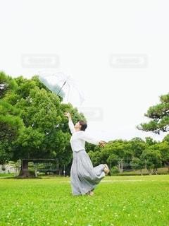 傘を投げる女の子の写真・画像素材[3399067]