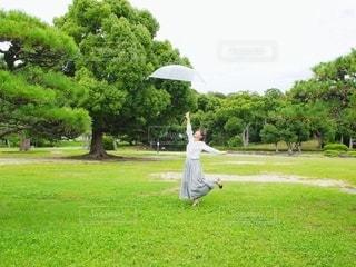 傘を飛ばすの写真・画像素材[3399070]