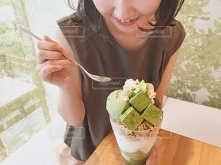 パフェを食べる女の子の写真・画像素材[3498634]