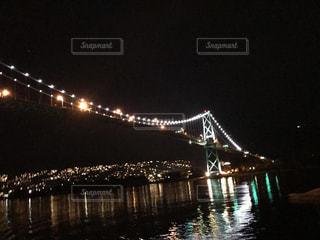 夜の水の体の上の橋の写真・画像素材[754126]