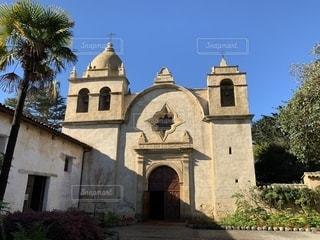 バック グラウンドでカーメル ミッション バジリカと教会の前に大きい石造りの彫像の写真・画像素材[1801999]