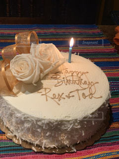 テーブルにバースデー ケーキのプレートの写真・画像素材[1824077]