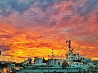夕日にドッキング ボートの写真・画像素材[735681]
