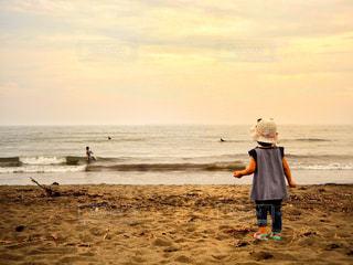 ビーチに立っている人の写真・画像素材[765952]
