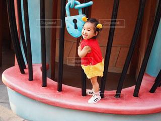 おもちゃを保持している少年の写真・画像素材[766005]