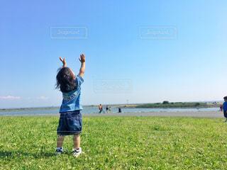 フィールドに凧の飛行少年 - No.766148