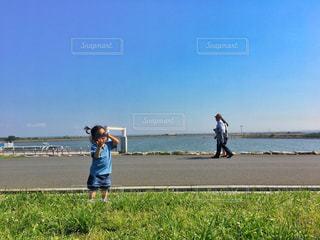 草の中に立っている小さな男の子 - No.766149