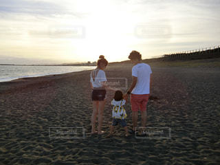 ビーチと家族の写真・画像素材[1711867]