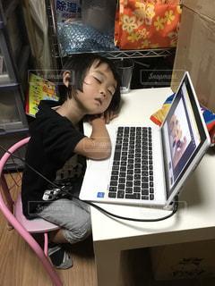 パソコンしながら寝てしまった女の子の写真・画像素材[1509708]