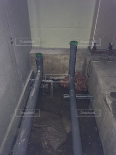 近くに汚いバスルームのアップの写真・画像素材[769834]