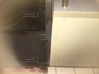 部屋に座っている白い冷蔵庫冷凍庫 - No.918273