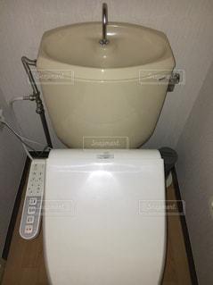 シンクの隣に座っている白いトイレの写真・画像素材[1018161]