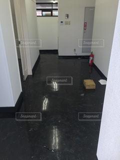 建物内に座っている白い冷蔵庫冷凍庫の写真・画像素材[1191924]