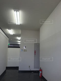 部屋に大きな白い冷蔵庫の写真・画像素材[1191940]
