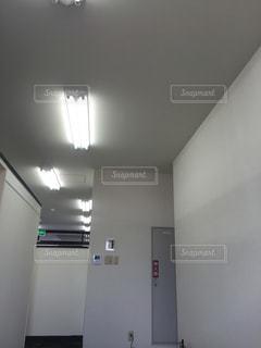 大きな鏡付きの部屋の写真・画像素材[1191941]