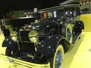 ディスプレイ上の黒と黄色の車 - No.1188050