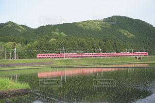 水の体の横に下り列車を走行する列車を追跡します。の写真・画像素材[943140]