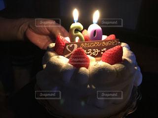 キャンドルで誕生日ケーキを持っている人 - No.754300