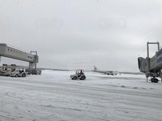 飛行機は、雪に覆われたフィールドの脇に駐車 - No.1008617