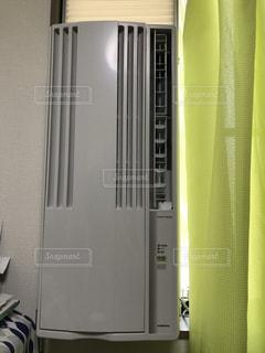 窓枠につけるクーラーの写真・画像素材[1030958]