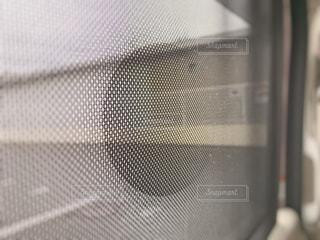 後部座席の窓の網の写真・画像素材[1213933]