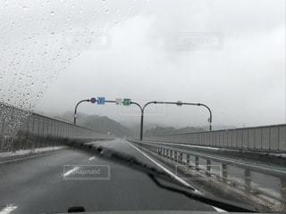雨の中で長い橋の写真・画像素材[1258957]