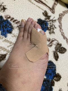 右足の小指にテーピング巻いてますの写真・画像素材[2149504]