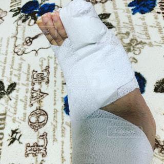 右足の小指を骨折しましたの写真・画像素材[2171501]