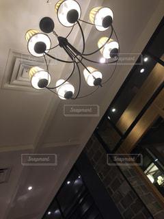 天井からぶら下がっている時計 - No.810240