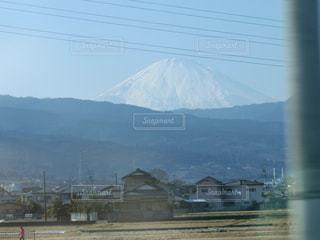 背景の大きな山の写真・画像素材[814212]