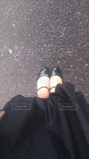 青と黒の靴を履いて足のペアの写真・画像素材[1443862]