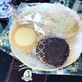 テーブルの上に座って半分食べてケーキの写真・画像素材[712599]