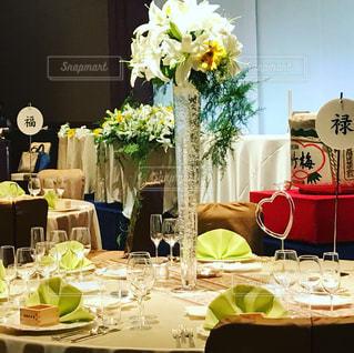 ダイニング テーブルの上の花の花瓶の写真・画像素材[728810]