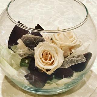 皿の上のガラスのコップ、笑。プリザーブドフラワーの写真・画像素材[732188]