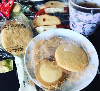 食品とコーヒーのカップのプレートの写真・画像素材[743305]