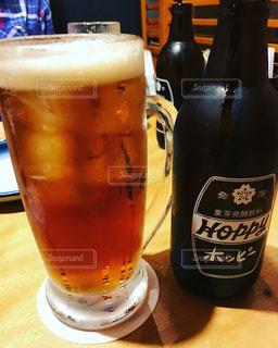 ボトルとテーブルの上のビールのグラスの写真・画像素材[751669]