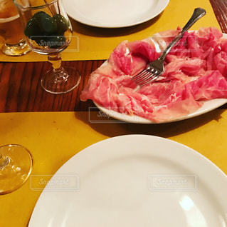 食品とテーブルの上にワインのグラスのプレートの写真・画像素材[799618]