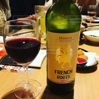 ワインとビール、テーブルの上のガラスのボトルの写真・画像素材[805317]