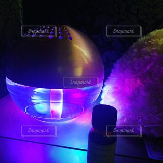暗い部屋に灯される綺麗な光の写真・画像素材[2416182]
