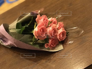 木製テーブルの上の花束の写真・画像素材[1317784]