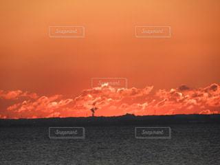 水の体に沈む夕日の写真・画像素材[1224590]