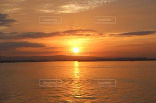 水の体に沈む夕日の写真・画像素材[764559]