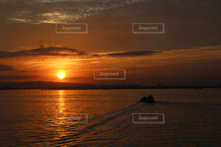 水の体に沈む夕日の写真・画像素材[764560]
