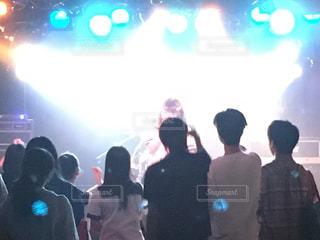 観客の前でステージの上に立って人々 のグループの写真・画像素材[709532]