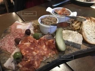 テーブルの上に食べ物のプレート - No.1197126
