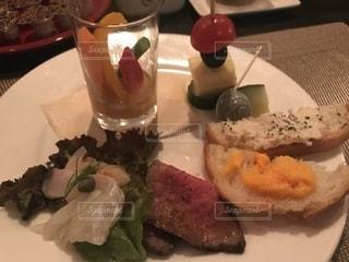 テーブルの上に食べ物のオードブル - No.1197132