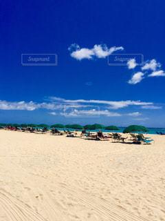 海の横にある砂浜のビーチ - No.718378
