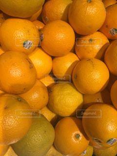 テーブルの上に座ってオレンジの山 - No.722607