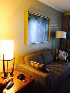 鏡の前にテーブルとソファのあるリビング ルームの写真・画像素材[748809]