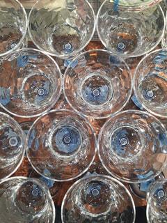 テーブルの上のガラスのグループの写真・画像素材[978667]